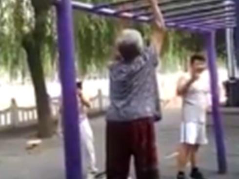 Cụ bà hít sà trong công viên khiến trai trẻ 'lác mắt'