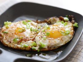 5 phút có ngay món trứng ốp ăn kèm bánh mì ngon mê ly