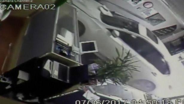 Nhân viên bán hàng thoát chết trong gang tấc khi xe hơi lao vào cửa hàng-1