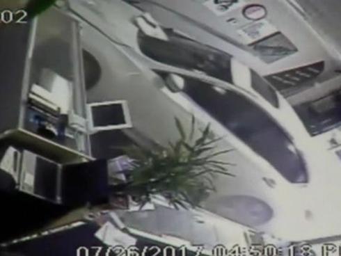 Nhân viên bán hàng thoát chết trong gang tấc khi xe hơi lao vào cửa hàng