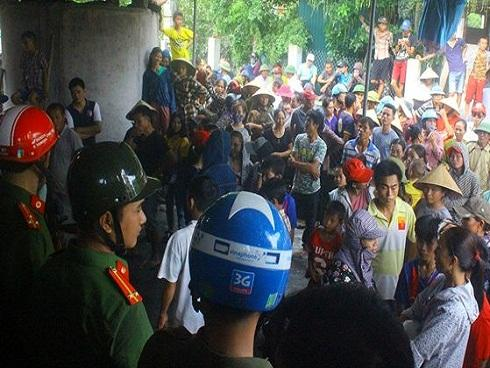 Hàng trăm người vây một phụ nữ nghi bắt cóc trẻ em