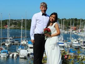 Chàng rể Thụy Điển tương lai chào bố mẹ vợ là 'chào bờ mi' và đám cưới màu xanh bạc hà