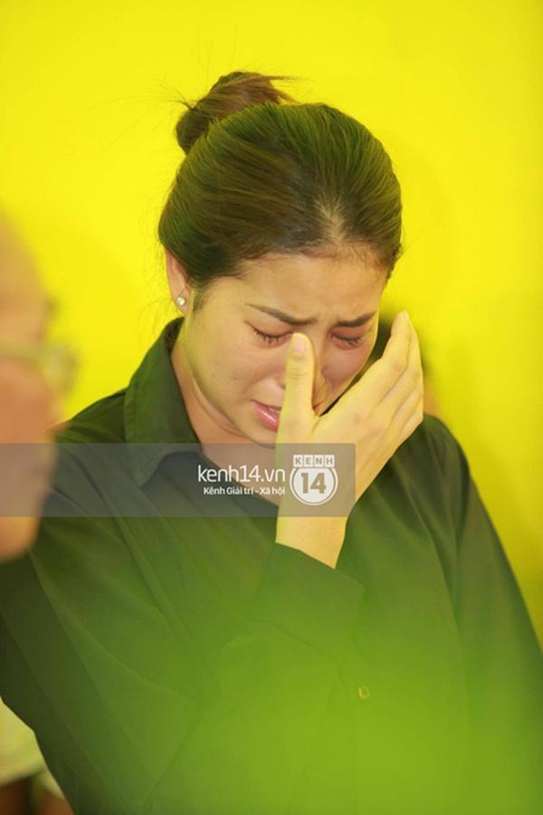 Phạm Hương liên tục khóc nấc, gương mặt tiều tuỵ thấy rõ khi lo hậu sự cho bố-12