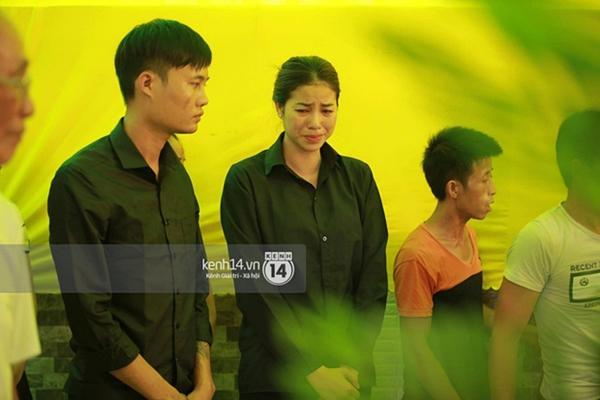 Phạm Hương liên tục khóc nấc, gương mặt tiều tuỵ thấy rõ khi lo hậu sự cho bố-13
