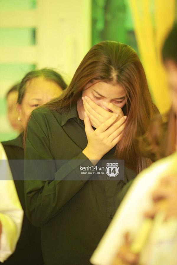 Phạm Hương liên tục khóc nấc, gương mặt tiều tuỵ thấy rõ khi lo hậu sự cho bố-14