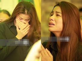 Phạm Hương liên tục khóc nấc, gương mặt tiều tuỵ thấy rõ khi lo hậu sự cho bố