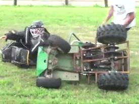 Clip hài: 'Sấp mặt' khi nghịch dại với máy cắt cỏ