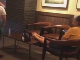 Khách uống cafe gác chân lên bàn, nhổ nước bọt khi bị nhắc nhở
