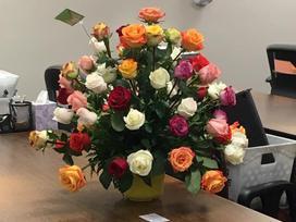 Bất ngờ nhận được lẵng hoa gửi tới chỗ làm, góa phụ bật khóc khi biết danh tính người gửi