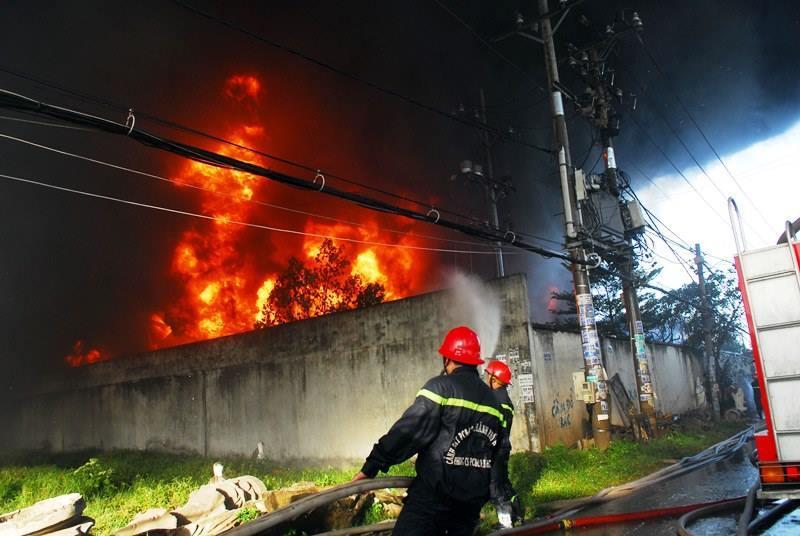 Cháy lớn công ty nhựa ở  TP HCM-1