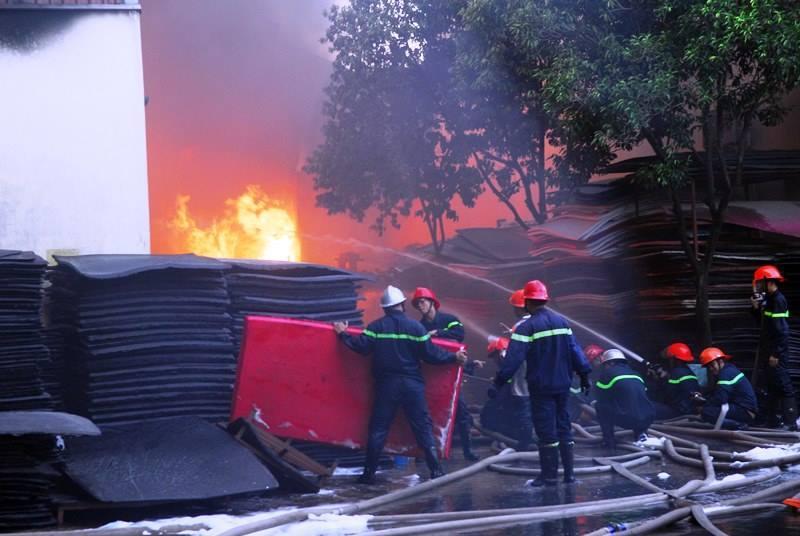 Cháy lớn công ty nhựa ở  TP HCM-3