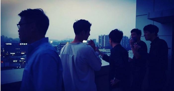 Quá áp lực, Song Joong Ki từ trai ngoan chuyển sang phì phèo thuốc lá-1