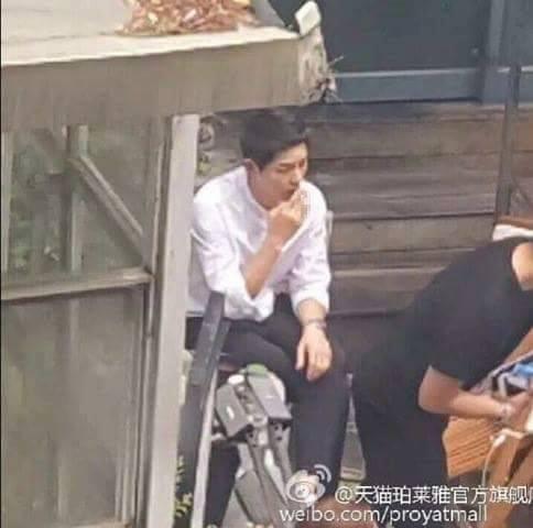 Quá áp lực, Song Joong Ki từ trai ngoan chuyển sang phì phèo thuốc lá-4