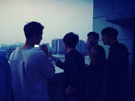 Quá áp lực, Song Joong Ki từ trai ngoan chuyển sang phì phèo thuốc lá