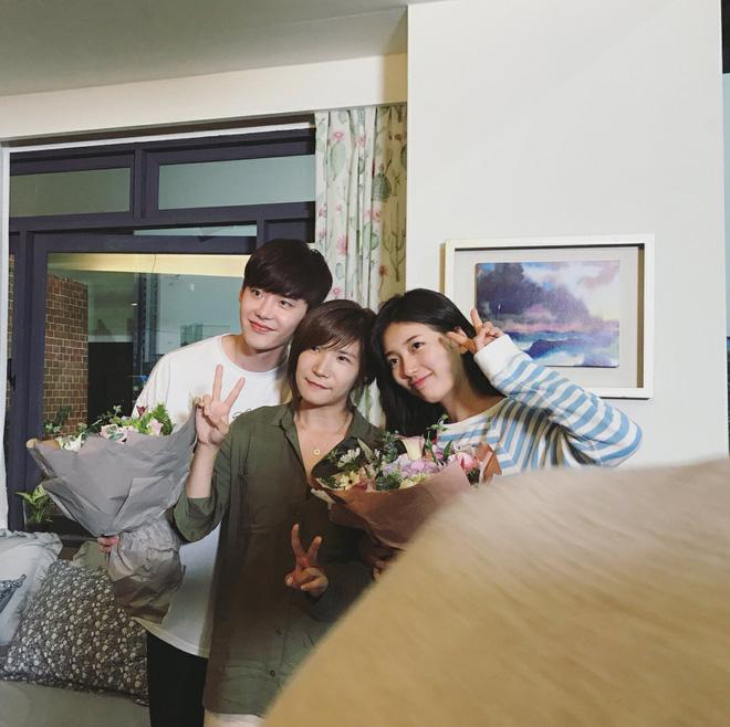 Phim của Suzy, Lee Jong Suk đóng máy, tiết lộ những hình ảnh khiến fan phấn khích-7