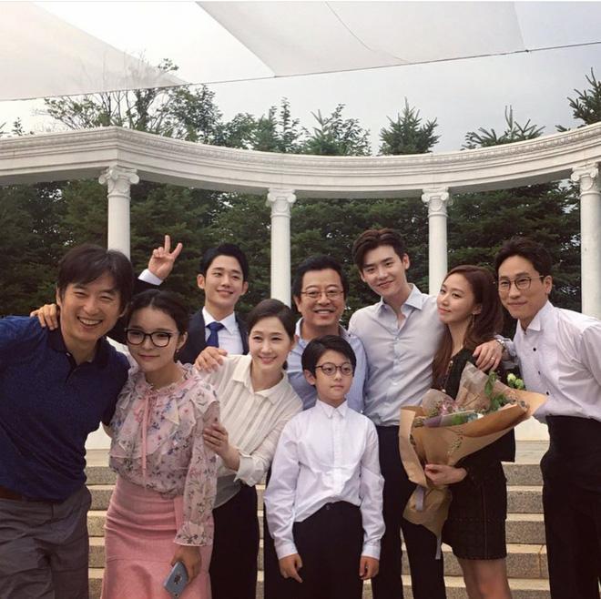 Phim của Suzy, Lee Jong Suk đóng máy, tiết lộ những hình ảnh khiến fan phấn khích-8