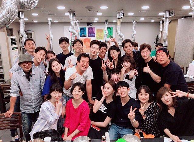 Phim của Suzy, Lee Jong Suk đóng máy, tiết lộ những hình ảnh khiến fan phấn khích-9