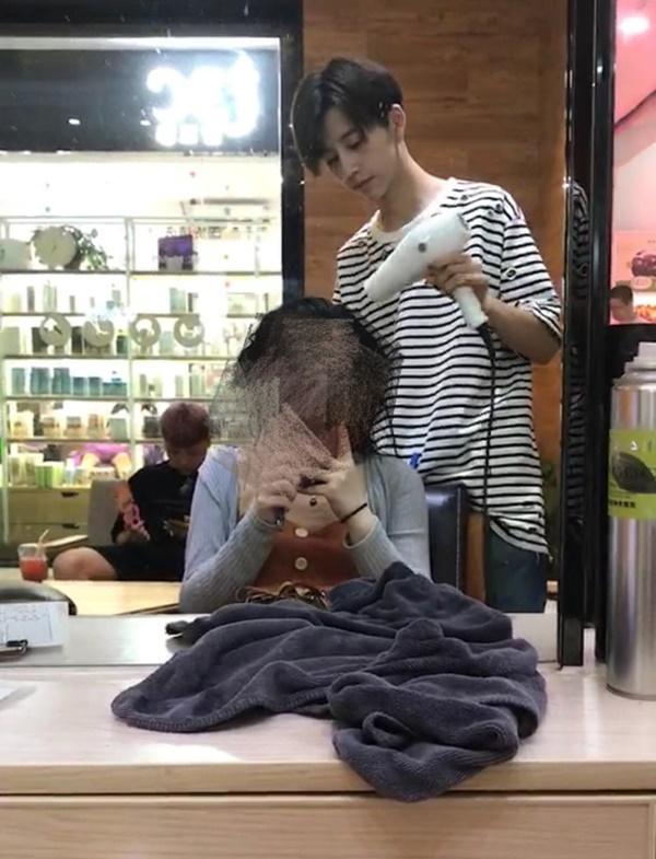 Sở hữu ngoại hình điển trai như idol, nam nhân viên tiệm làm tóc bất ngờ nổi tiếng trên MXH-1