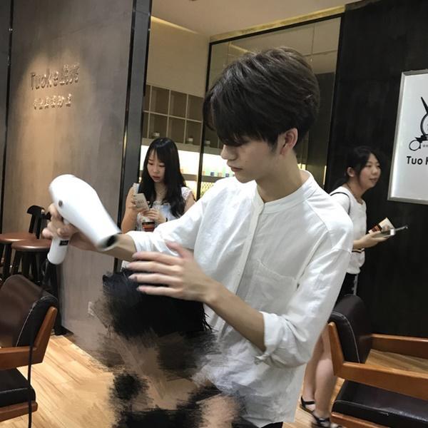 Sở hữu ngoại hình điển trai như idol, nam nhân viên tiệm làm tóc bất ngờ nổi tiếng trên MXH-6