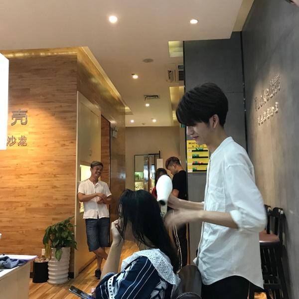 Sở hữu ngoại hình điển trai như idol, nam nhân viên tiệm làm tóc bất ngờ nổi tiếng trên MXH-9