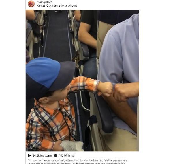 Hành động của cậu bé 2 tuổi trên máy bay khiến ai cũng thích thú-1