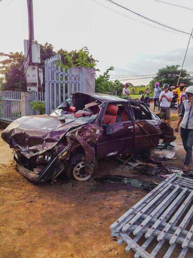 Ô tô nát tươm, 6 người nguy kịch sau cú tông xe liên hoàn-1