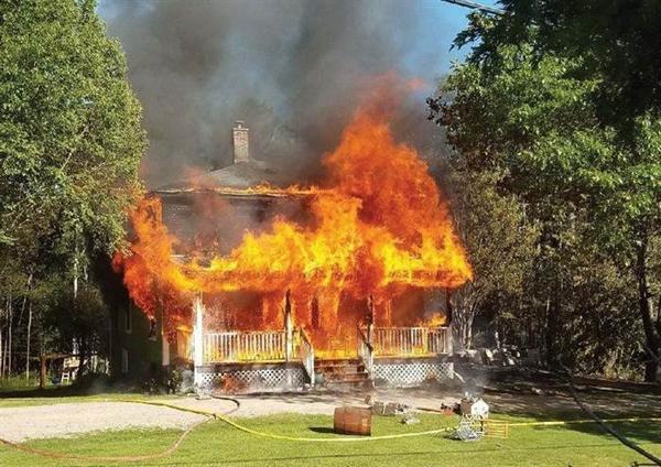 Cậu bé 8 tuổi một mình đưa em gái thoát khỏi đám cháy-1