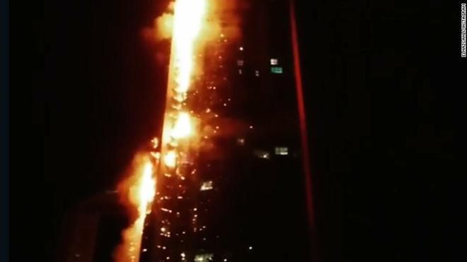 Chung cư 86 tầng bốc cháy dữ dội ở Dubai-1
