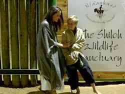 Các con theo Angelina Jolie đi làm từ thiện từ châu Á tới châu Phi