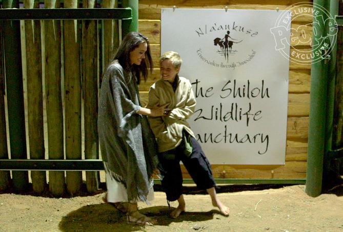 Các con theo Angelina Jolie đi làm từ thiện từ châu Á tới châu Phi-1