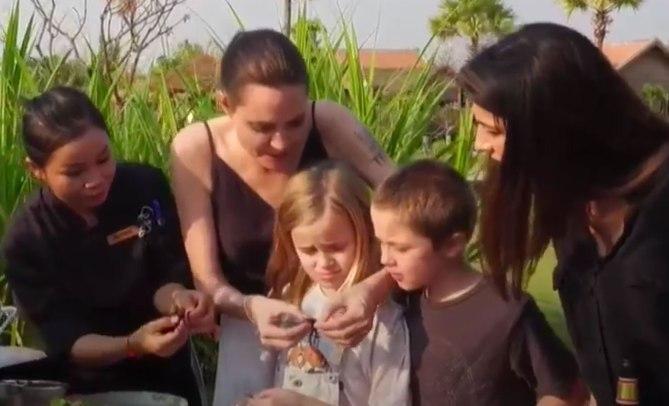Các con theo Angelina Jolie đi làm từ thiện từ châu Á tới châu Phi-4
