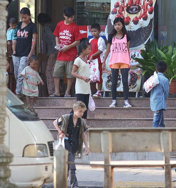 Các con theo Angelina Jolie đi làm từ thiện từ châu Á tới châu Phi-5