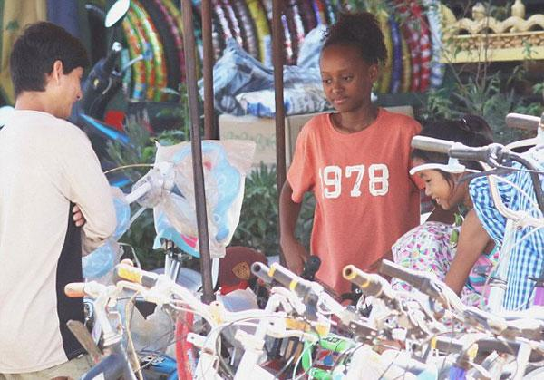 Các con theo Angelina Jolie đi làm từ thiện từ châu Á tới châu Phi-6