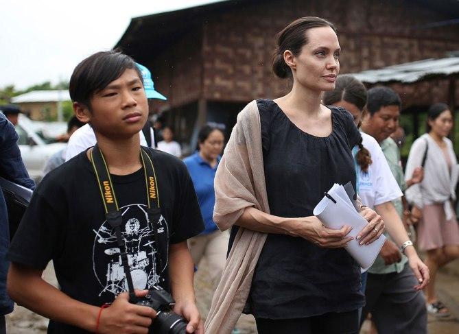 Các con theo Angelina Jolie đi làm từ thiện từ châu Á tới châu Phi-7