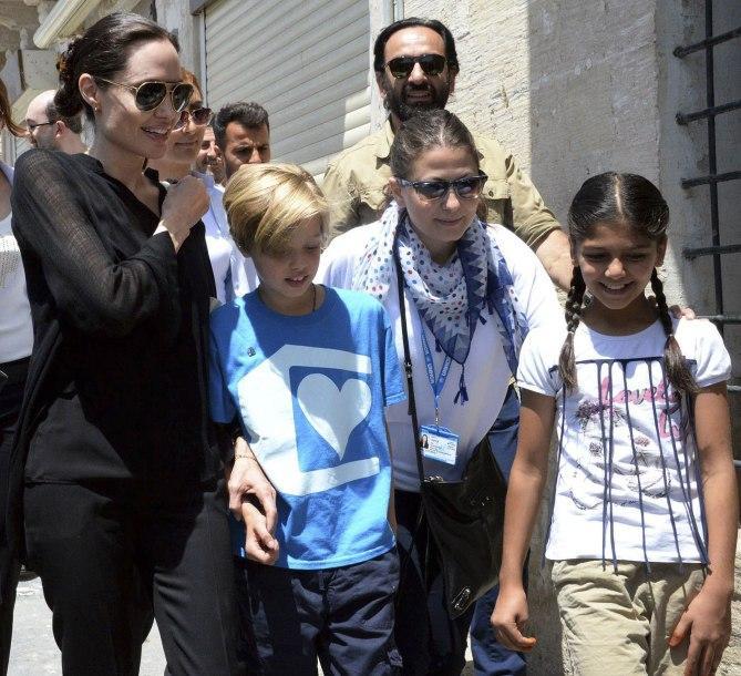 Các con theo Angelina Jolie đi làm từ thiện từ châu Á tới châu Phi-8