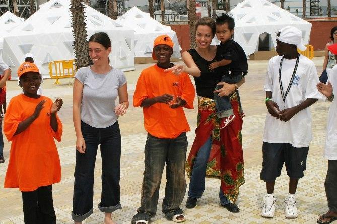 Các con theo Angelina Jolie đi làm từ thiện từ châu Á tới châu Phi-10