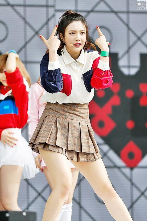 Luôn có một thành viên của Red Velvet phải mặc váy 2 tầng, và nguyên cớ là đây-2