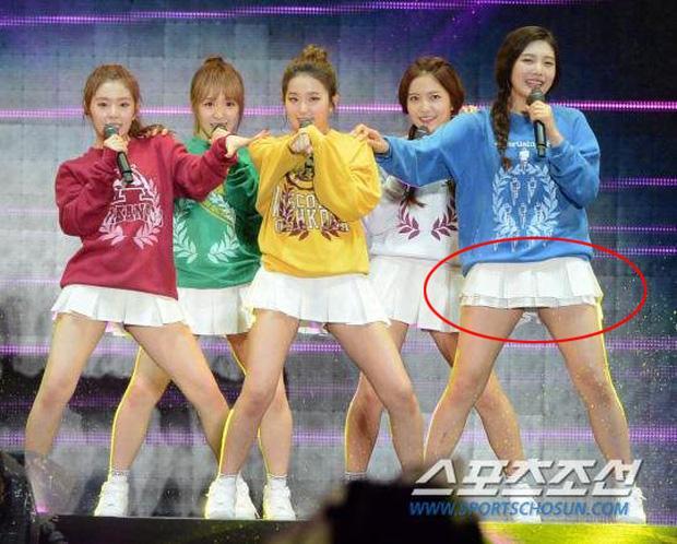 Luôn có một thành viên của Red Velvet phải mặc váy 2 tầng, và nguyên cớ là đây-1