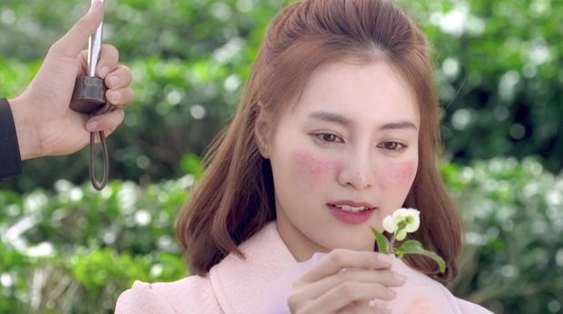 'She Was Pretty' bản Việt vừa tung hình ảnh đầu tiên, Lan Ngọc đã bị chê trang điểm và quần áo quá đà-3