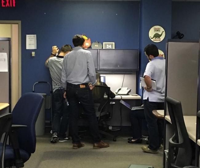Lộ diện loạt ảnh đáng 'trăn trở' ở nơi công sở (P2)-1