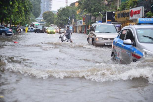 Chùm ảnh: Xe máy đổ nghiêng ngả ở đường phố Hà Nội sau mưa-1