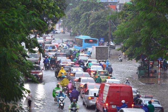 Chùm ảnh: Xe máy đổ nghiêng ngả ở đường phố Hà Nội sau mưa-5