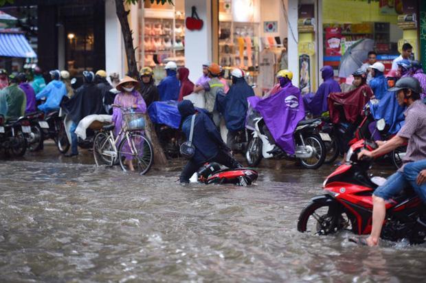 Chùm ảnh: Xe máy đổ nghiêng ngả ở đường phố Hà Nội sau mưa-7
