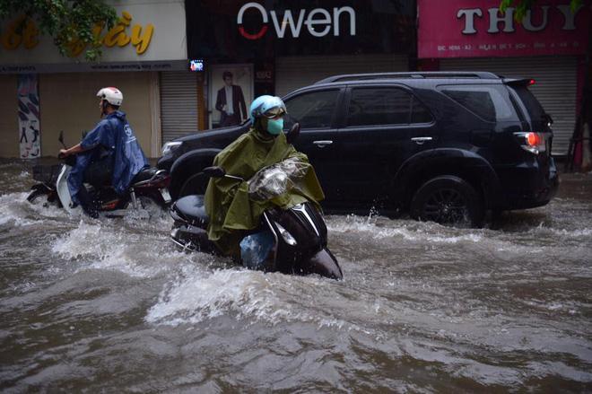 Chùm ảnh: Xe máy đổ nghiêng ngả ở đường phố Hà Nội sau mưa-8
