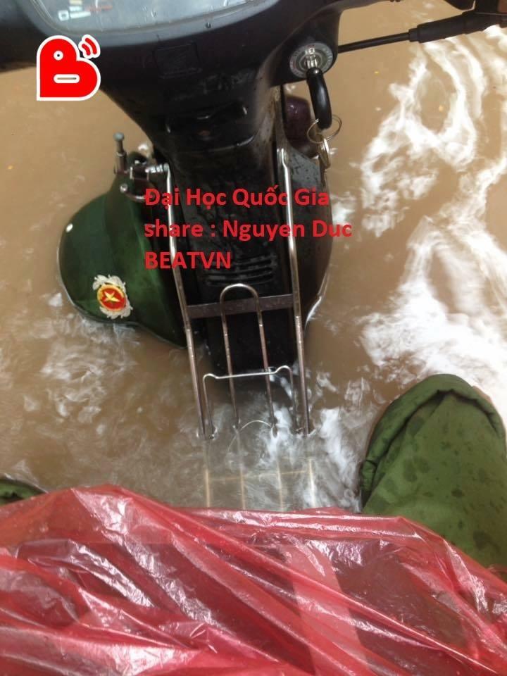 Chùm ảnh: Xe máy đổ nghiêng ngả ở đường phố Hà Nội sau mưa-9