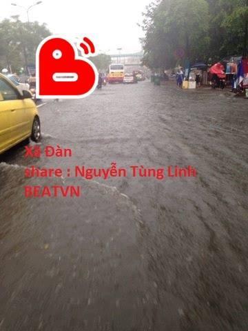 Chùm ảnh: Xe máy đổ nghiêng ngả ở đường phố Hà Nội sau mưa-10