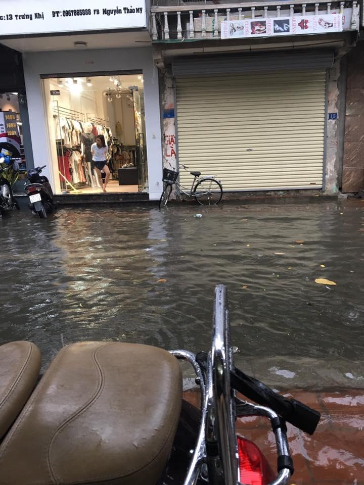 Chùm ảnh: Xe máy đổ nghiêng ngả ở đường phố Hà Nội sau mưa-2