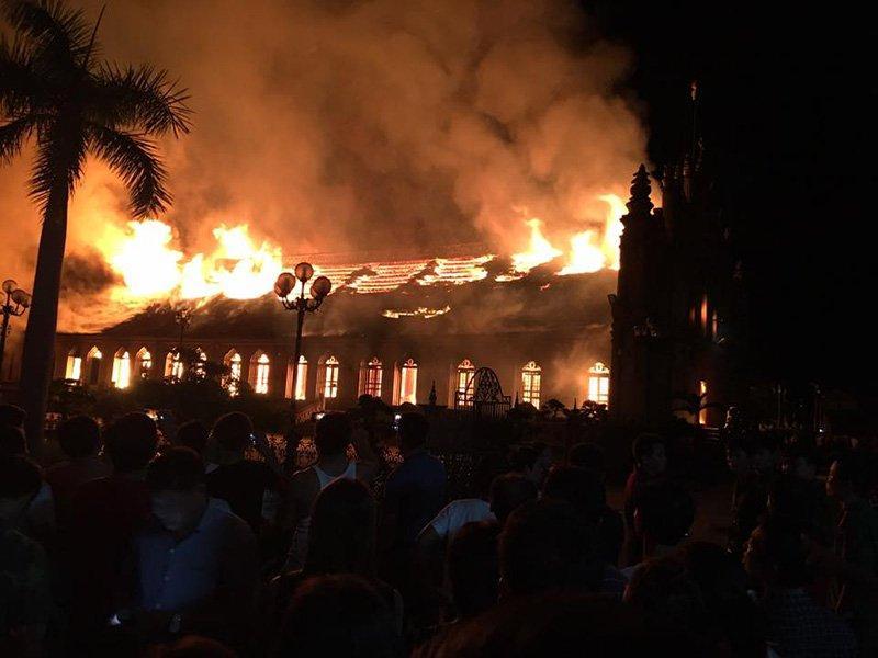 Nhà thờ 130 tuổi cháy rừng rực trong đêm-3