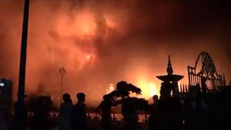 Nhà thờ 130 tuổi cháy rừng rực trong đêm-2