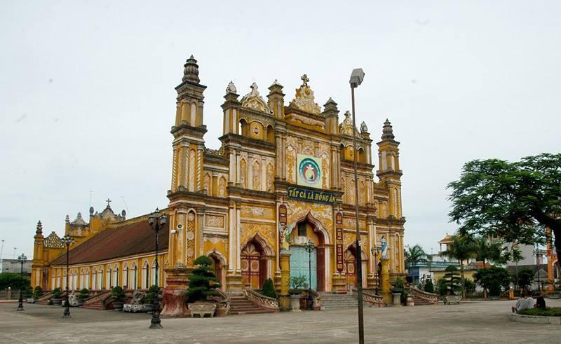 Nhà thờ 130 tuổi cháy rừng rực trong đêm-1